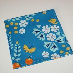 Serviette de table 40x40 en coton bio bleu motifs fleurs et papillons retro