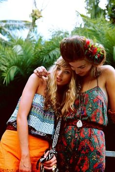 It's pretty, it's all over the runways, it's chic ! Yeah… We're in love with Boho Chic! This bohemian, folk, hippie style stole ou. Hippie Style, Ethno Style, Gypsy Style, Bohemian Mode, Hippie Bohemian, Hippie Chic, Bohemian Style, Hippie Masa, Bohemian Girls
