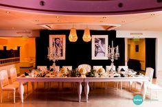 mesa central, mobiliario de estilo, candelabros y arañas