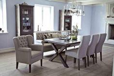 Esszimmer mit bequemem Tischsofa und Sesseln am Esstisch, Esszimmer im ...