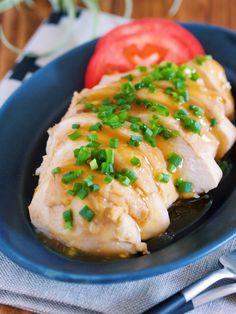 鶏むね肉を、丸ごとドドーンと使った おつまみにもおもてなしにも最適の一品。 作り方は、もちろん簡単で 鶏むね肉に下味を揉み込み あとは、お鍋で8分ほど煮るだけ♪ しかも、煮汁には めんつゆとポン酢を使うので 旨味たっぷり&失敗なし!! また、ポン酢の酸味で 後味がさっぱりするので 暑い季節に最適です♪ Japanese Dishes, Japanese Food, Meat Recipes, Cooking Recipes, How To Cook Chicken, Baked Potato, Risotto, Food And Drink, Tasty