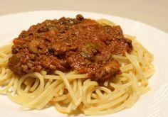 Bœuf haché, poivrons, champignons et soupe aux tomates sont en spécial cette semaine, c'est le moment de faire de la sauce à spaghettis! Comme ce plat simple fait l'unanimité à la maison, j'ai fait des provisions. J'en profite pour partager avec vous cette recette dans la famille depuis des années que j'ai à peine retouchée! Ingrédients : 908 g … Cooking Spaghetti, Spaghetti Bolognese, Spaghetti Sauce, Vegan Spaghetti, Panera Bread, Sauce Recipes, Cooking Recipes, Pizza, Thanksgiving
