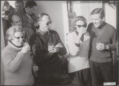 31 januari 1966 Koninklijke familie op wintersportvakantie te Lech geniet van een drankje