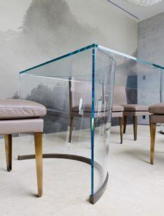 超透過ガラスの天板と脚のみで成立させたダイニングテーブル。 上下でRの曲率が異なる三次元曲線のガラスの脚。 脚の受けは、特注のダイニングチェアと合わせた真鍮古美色仕上げ。 製作:三保谷硝子店