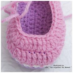 Cómo tejer botitas con ganchillo Crochet Baby Socks, Crochet Baby Sandals, Crochet Shoes, Baby Boots, Straw Bag, Crochet Necklace, Crochet Patterns, Knitting, Bags