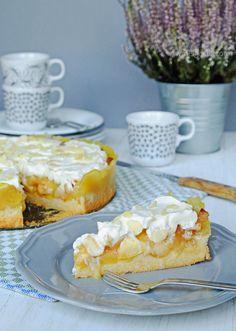 Köstlicher Sonntagskuchen, ein altes Familien Rezept: Apfel Wein Kuchen mit drei Schichten: Mürbeteig, Apfel Wein Belag und Sahnehaube mit Mandelblättchen.