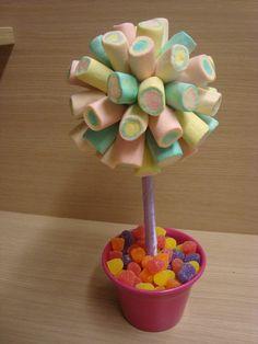 Topiara de marshmallow, com vaso de alumínio colorido. Fica lindo para centro de…