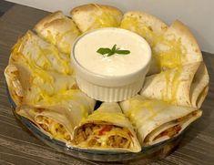Imprezowa przekąska z tortilli Prosta i przepyszna przekąska, którą z pewnością pokochają wszyscy goście na przyjęciu. Rożki z tortilli faszerowane mięsem mielonym i warzywami oraz zapiekane z żółtym serem i podane z rewelacyjnym domowym sosem czosnkowym to danie, któremu ciężko się oprzeć! Składniki: 5 placków z tortilli (Mogą być kupne lub domowe PRZEPIS TUTAJ … Cooking Bacon, Cooking Time, Cooking Recipes, Cooking Blogs, Best Food Ever, Easy Healthy Recipes, Appetizer Recipes, Snack Recipes, Food Videos