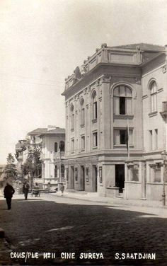 Süreyya Sineması (1920'ler) #istanbul Istanbul, St Joseph, Historical Pictures, Illustrations, Once Upon A Time, Old Town, Old Photos, The Past, Louvre