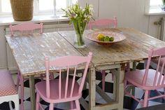 As cadeiras rosa estão geniais com a mesa rústica