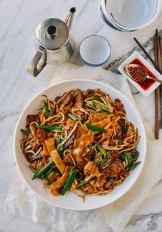 Beef chow fun is a popular Cantonese dish made from stir-frying beef, wide rice noodles, scallions, bean sprouts and dark soy sauce at very high heat! Chow Fun Noodles, Rice Noodles, Asian Noodles, Asian Recipes, Ethnic Recipes, Chinese Recipes, Chinese Food, Chinese Meals, Chinese Chicken
