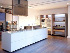 Valcucine Artematica Island and Aretematica Arte Pocket Door System #valcucine  #valcucineuk #kitchen #kitchens #modern #glasskitchen #design #pocketdoors
