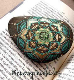 @nuevepinceladas La Reina del Sur. #mandala #mandalas #piedras #stones #piedraspintadas #paintedstones: