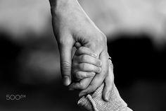 mamma che tiene per mani la figlia