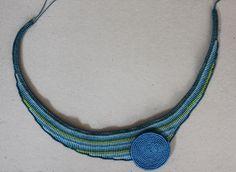collar en macrame de tonos azules y turquesas