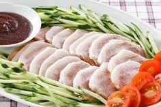塩豚を茹でてあわせ味噌やタレ、ジャムなどにつけたり、フライパンなどで焼いてシンプルにいただくのはもちろんですが、さまざまなお料理に使うことができるんです。 ここからは、塩豚を使った美味しいレシピをご紹介します♪