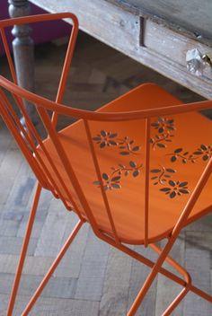 silla colorida y escritorio