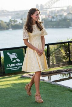 Auf Australien-Reise: Prinzessin Catherine in einem hellgelben Spitzenkleid im Taronga Zoo in Sidney, April 2014