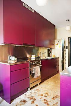 Pink kitchen and concrete floor. Photo Anna Huovinen / Glorian koti
