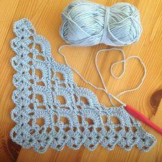 Triangle of Fans Stitch Tutorial Beautiful Skills - Crochet Quiltin . Triangle of Fans Stitch Tutorial Beautiful Skills - Crochet Knitting Quiltin . - bilddeutch History of Knitting Yarn s. Poncho Crochet, Crochet Shawls And Wraps, Love Crochet, Crochet Motif, Crochet Designs, Crochet Stitches, Crochet Hats, Beautiful Crochet, Shawl Patterns