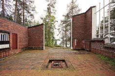 This courtyard at the Muuratsalo Experimental House by Finnish architect Alvar Aalto — Johannes Reponen Brick Architecture, Amazing Architecture, Contemporary Architecture, Landscape Architecture, Interior Architecture, Alvar Aalto, Patio Interior, Brick Facade, Brickwork