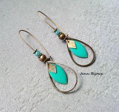 Boucles d'oreilles bleu turquoise en métal bronze , sequin émaillé , anneaux goutte, breloque losange et Perle : Boucles d'oreille par jenn-bijoux-fait-main