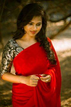 Fancy sarees Indian Sari Press visit link above for more options Saree Blouse Patterns, Saree Blouse Designs, Dress Designs, Sonam Kapoor, Deepika Padukone, Jessy James, Saree Jackets, Modern Saree, Plain Saree