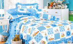 Памучен комплект спално бельо за персон и половина в бяло, синьо и сладки картинки. Нежната на допир материя на сатенирания памук допринася за уюта и комфорта на вашия сън.