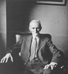 El gran genio sentado en su habitación del Hotel New Yorker. #Tesla