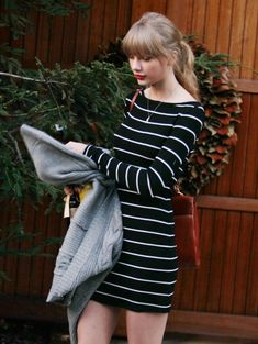 Taylor Swift Photos - Pop singer Taylor Swift visits a friend in Pacific Palisades, California on January Swift recently split up with British boy band singer Harry Styles. - Taylor Swift Visits A Friend Taylor Swift 2012, Estilo Taylor Swift, Taylor Swift Hair, Taylor Swift Outfits, Taylor Swift Style, Red Taylor, Swift Photo, Day Dresses, Knit Dress