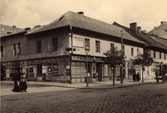 Jews at the corner of Carmelitan & Garbarska, 1914 . This building, was immortalized by K.Gałczyński in the Echanted Carriage. National Archives in Krakow Krakow Poland, Shop Fronts, National Archives, Past Life, Eastern Europe, Planet Earth, Vintage Photography, Time Travel, Old Photos
