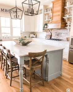 Love Joanna Gaines's style aesthetic? Flip through for homes that have that same modern farmhouse vibe, and offer a lot of inspiration. Modern Farmhouse Kitchens, Farmhouse Kitchen Decor, Home Decor Kitchen, Kitchen Interior, New Kitchen, Home Kitchens, Awesome Kitchen, Kitchen Modern, Farmhouse Sinks