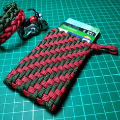 Want to know how to make a DIY paracord wallet? Check out these step-by-step instructions and take on your own paracord project! Paracord Tutorial, Paracord Knots, Paracord Keychain, Paracord Bracelets, Knot Bracelets, Survival Bracelets, Paracord Ideas, Diy Bracelet, Wallet Tutorial