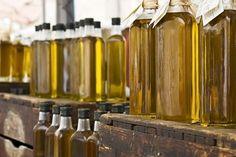 Iedereen heeft thuis wel een flesje olijfolie in de kast staan, omdat het ontzettend gezond is, lekker en handig in de keuken. Maar wist je dat het niet alleen gezond en lekker is? Je kan namelijk veel meer met olijfolie dan dan het alleen consumeren.