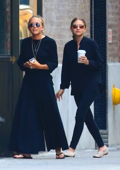Olsen & Ashley Olsen from The Big Picture: Today's Hot Pics The Olsen twins are seen in NYC.Mary-Kate Olsen & Ashley Olsen from The Big Picture: Today's Hot Pics The Olsen twins are seen in NYC. Ashley Mary Kate Olsen, Ashley Olsen Style, Olsen Twins Style, Mary Kate Olson, Elizabeth Olsen, Olsen Fashion, Paris Fashion, Olsen Sister, Casual Chique