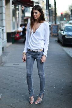 I love her casual outfit! Skinny jeans with a slouchy top. Womens street style fashion clothing outfit for spring Style Outfits, Casual Outfits, Fashion Outfits, Womens Fashion, Fashion Trends, Maja Why, Estilo Denim, Kylie, Grey Jeans