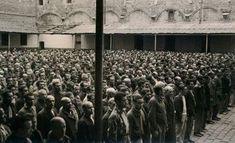 1939. Patio del Penal de Santa María, Cádiz. Centenares de presos esperan a ser redistribuidos a otras cárceles, trabajos forzosos o ejecutados.