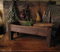 Look at this wonderful piece!* If only I could find things like this. --Make Do Herb Grinding Box Primitive Homes, Primitive Kitchen, Primitive Antiques, Primitive Crafts, Country Primitive, Prim Decor, Country Decor, Rustic Decor, Country Fall