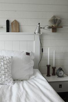 renoverat sovrum i vitt och trärent. Liggande vit panel på väggen med plank. Sänglampor från IKEA. Klämspot i sovrummet. DIY hus av trä och DIY vika en bok. Säng från SOVA. Huvudgavel i vit trä. Sovrum 2013. Sängkläder från eightmood.