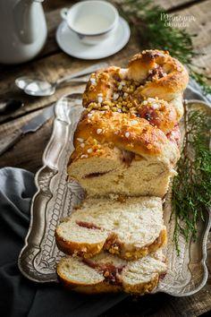 Pan dulce con mermelada de higos y nueces. Sweet bread with figs jam and nuts.