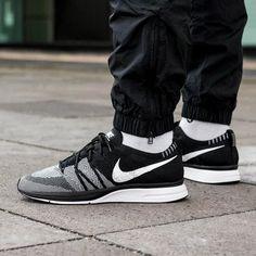 """Könnte Nike wieder den Flyknit Trainer """"Oreo"""" OG droppen? 👀  📷 by @asphaltgold_sneakerstore 💻 Klickt den Link in der BIO für alle weiteren Infos & Bilder   #sneakers #sneakerhead #nicekicks #hypebeast #fashion #kicksonfire #kickstagram #sneaker #kicks #wdywt #igsneakercommunity #streetwear #shoes #sneakernews #highsnobiety #sneakerfreaker #soleonfire #nike #fridayfeeling"""