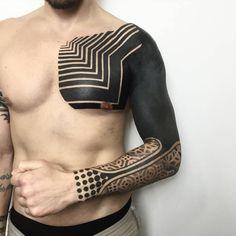 Tatuaje de estilo geométrico blackwork que cubre el brazo y el pecho.