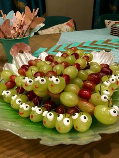 Caterpillar grape skewers Healthy Afternoon Snacks, Healthy Meals For Kids, Healthy Snacks For Kids, Kids Meals, Vegetable Snacks, Fruits For Kids, Preschool Snacks, Allergy Free Recipes, Toddler Snacks
