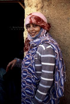 Campo Profughi Saharawi di Dakhla.Ragazza saharawi .  The refugee camp of Dakhla.Saharawi Women. Costumes Around The World, Western Sahara, People Of The World, Continents, Photo Art, Dress Outfits, Around The Worlds, Beautiful Women, African