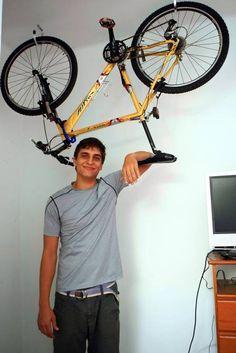 Guardar bicicleta em imóvel pequeno exige malabarismos na decoração