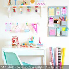 Bunte Aufbewahrungssysteme für Büroutensilien sind ein wahrer Blickfang. Kleine DIY-Ideen für den Arbeitsplatz kann man leicht umsetzen: Am Wandboard kleben …