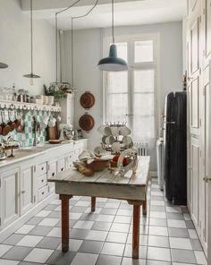 Classic Kitchen Design Around The World Classic Kitchen, Rustic Kitchen, Country Kitchen, Kitchen Decor, French Kitchen, Classic Home Decor, Classic House, European Home Decor, Style Français