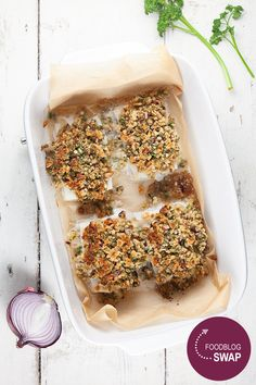 This oven-baked cod with a crispy crust is ready within 20 minutes. A crust made without butter, but with olive oil and red onion, mm! Cod In The Oven, Oven Baked Cod, Japanese Bread Crumbs, Lobster Sauce, Oven Dishes, Food Names, Food Blogs, Cooking Time, Seafood