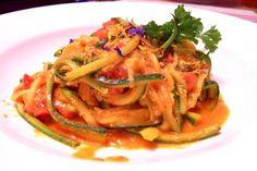 Zucchini Spaghetti - für die Pasta-Fans - Mittagessen - 4 EL Olivenöl, 3 Zucchini, 1 große Zwiebel, 400g Champignons, 1/4 Tube Tomatenmark, 2-3 Fleischtomaten, 150g Feta, Italienische Kräuter