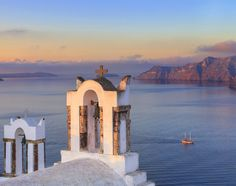 Specialising in private sales online for ✈️ quality holidays and luxury trips, Voyage Privé offers its members the chance to enjoy unforgettable holidays in exotic locations Greek Easter, Santorini Island, Living In La, Easter Traditions, Like A Local, Greece Travel, Luxury Travel, Travel Tips, Places To Go